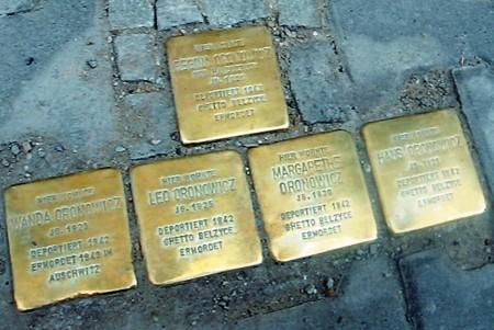 אריחי הזיכרון ליד הבית באלטנבורג