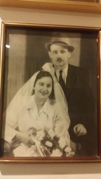 תמונת הנישואין של מרים ומנשה הרשקוביץ התלויה בחדר העבודה של ויקי אייל