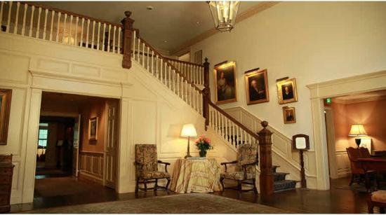 גרם המדרגות במלון בו ירד מייקל עירום כביום היוולדו