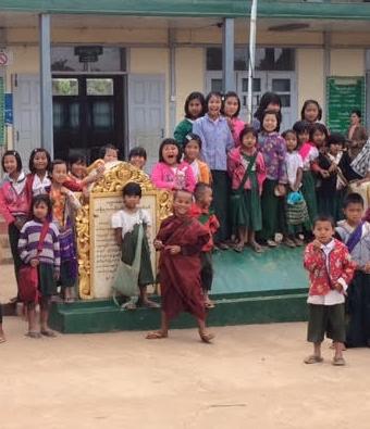 ילדי בית הספר צופים במשחק שהתפתח בהתלהבות